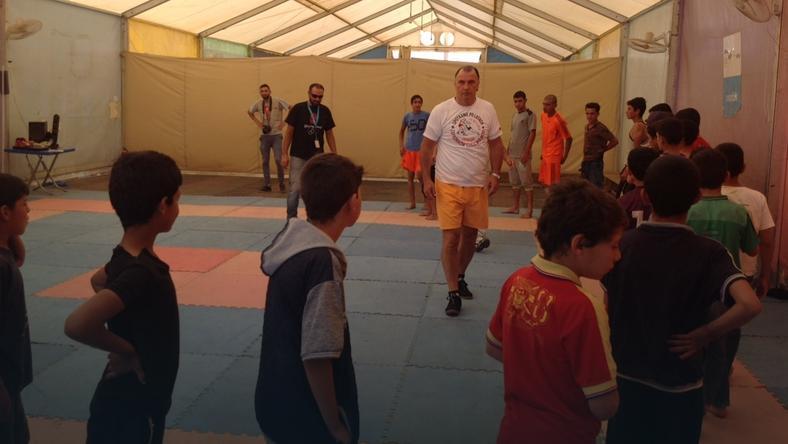 Aleksander Cichoń w trakcie zajęć z dziećmi w obozie w Zaatari