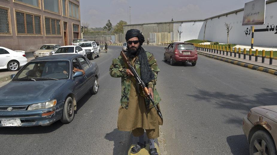 Talibowie zamierzają wrócić do brutalnych kar cielesnych. Na zdjęciu talibski bojownik w Kabulu