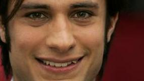 Gael García Bernal śpiewa Cheap Trick po hiszpańsku