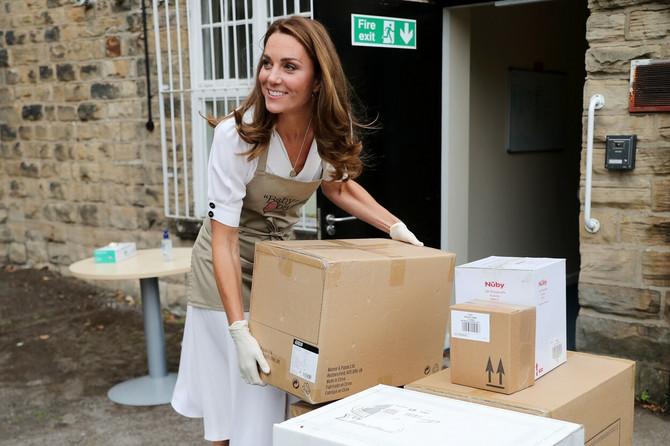 Kejt pomaže u pakovanju opreme za bebe