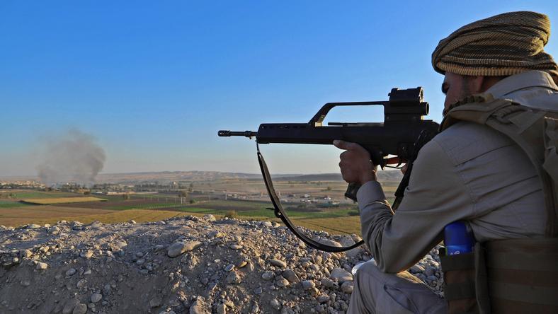 Starcia między siłami kurdyjskimi a armią iracką wybuchły w poniedziałek we wczesnych godzinach porannych