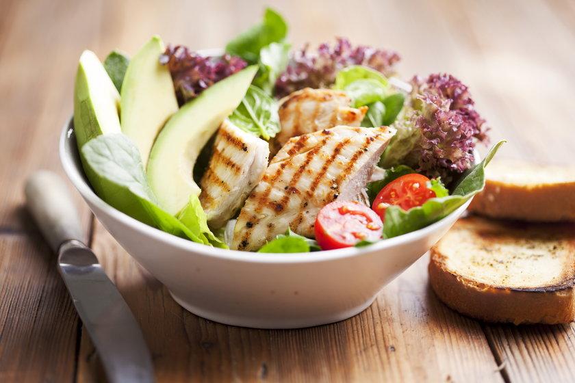 Grillowana pierś z kurczaka i talerz warzy to zdrowa kolacja