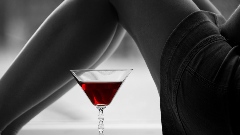 Butelka wina po powrocie z pracy lub weekendowe upijanie się to prosta droga do chorób wątroby
