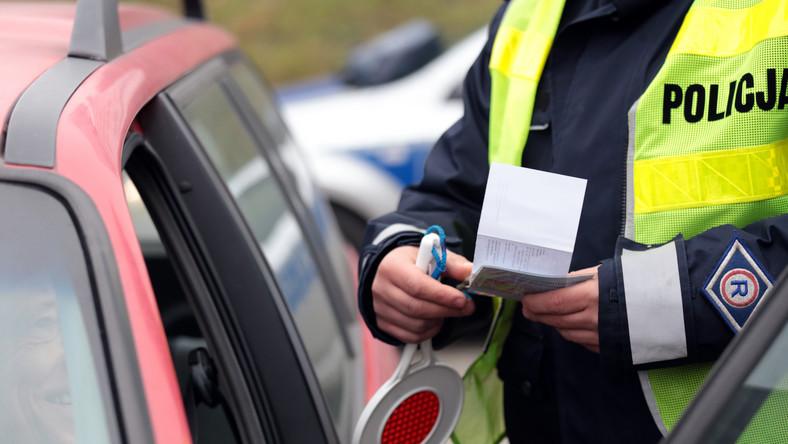"""Polscy kierowcy bardzo często muszą zmagać się z absurdalnymi przepisami. W opinii ekspertów, z którymi rozmawiał dziennik.pl, istnieje wiele zupełnie nieracjonalnych uregulowań prawnych, dotyczących między innymi pierwszeństwa na drodze, uprawnień do kierowania pojazdami, a nawet poruszania się po wodzie. Oto największe """"dziwactwa"""" zapisane literą prawa…"""