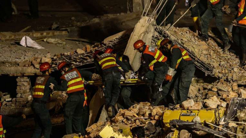 Workers trapped in collapsed Pakistan factory plead for help on mobile phones