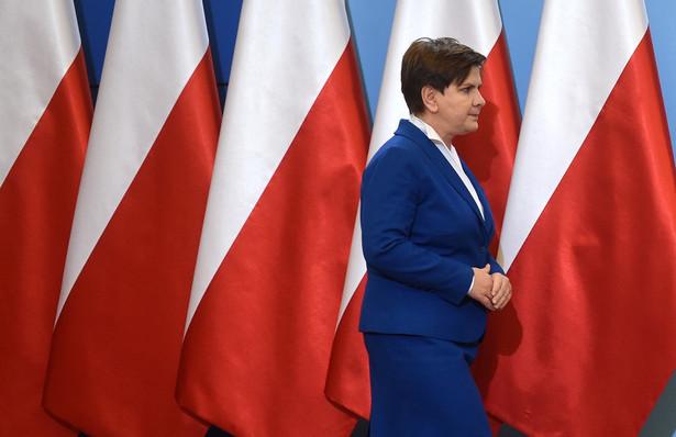 Premier Beata Szydło na konferencji prasowej po pierwszym formalnym posiedzeniu rządu.