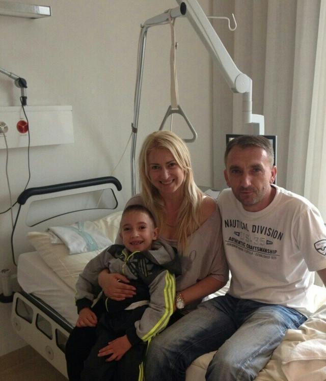 Aleksandar posle operacije sa roditeljima