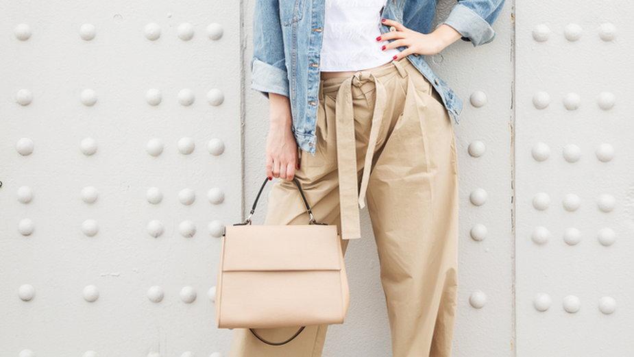 Ponadczasowe beżowe torebki – na wesele, do pracy i na spacer