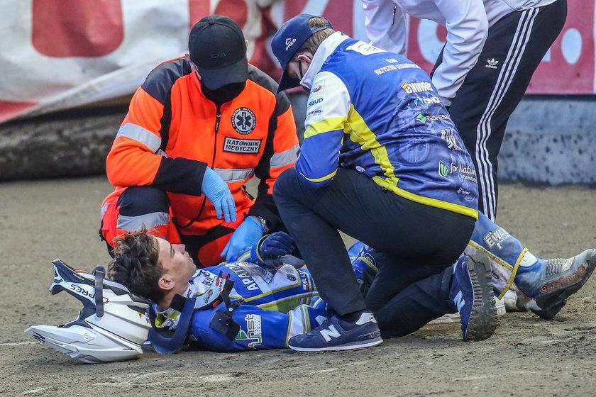 Po kilku minutach odpoczynku z dużymi problemami pokonał 200 metrów dzielące miejsce wypadku od parku maszyn.