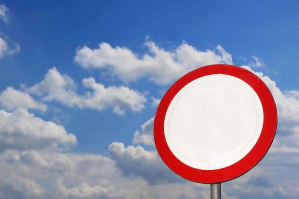 Ustawodawca określił np., że wzdłuż ulic znaki powinny zostać ustawione w odległości nie mniejszej niż 0,5 metra i nie większej niż dwa metry od krawędzi jezdni.
