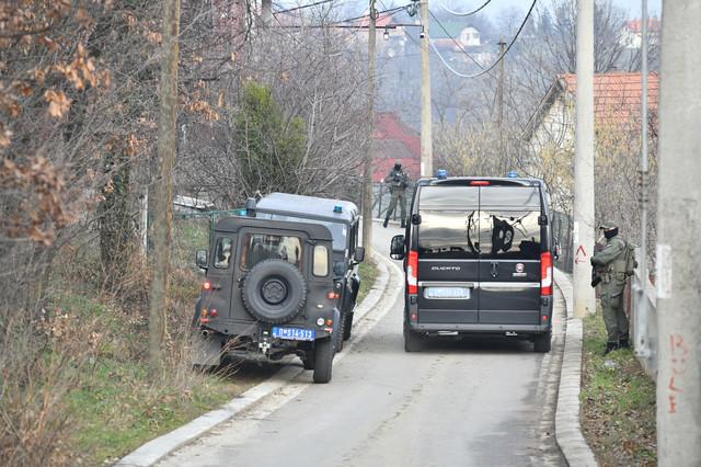 Policija ispred jednog od štekova Velje Nevolje u Ritopeku