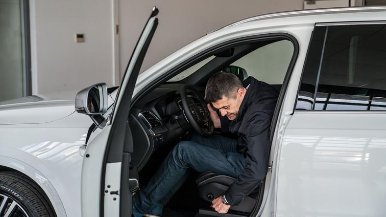 Krzysztof Hołowczyc zrezygnował ze startów w rajdach, teraz jego pasją jest rallycross. Najwidoczniej ze względu na dojazdy na tory rozsiane po Europie Hołek wybrał samochód z zupełnie innej bajki. Olsztyński kierowca wskoczył za kierownicę białego volvo XC90 D5 AWD R-Design...