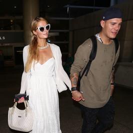 Paris Hilton na lotnisku z chłopakiem. Stylizacja Chrisa Zylki pozostawia wiele do życzenia