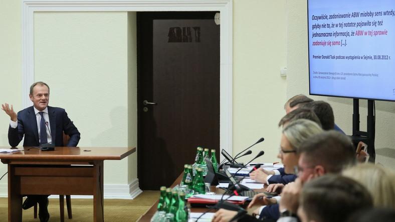 Przewodniczący Rady Europejskiej, były prezes Rady Ministrów Donald Tusk (L) podczas przesłuchania przez sejmową komisję