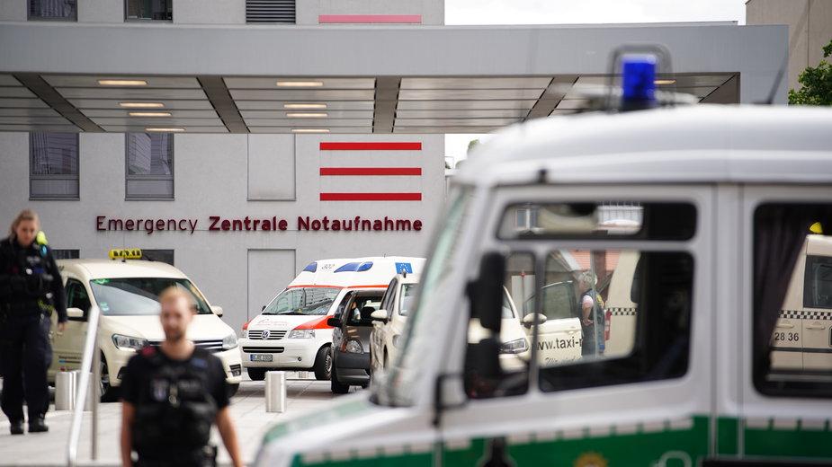 Niemiecka policja przed kliniką Charite w Berlinie