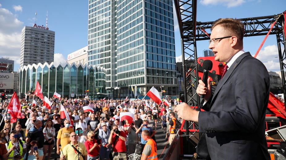 """Godzina """"W"""" w centrum Warszawy. Przemawia Robert Winnicki"""