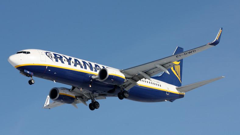 Taka sytuacja wiąże się z większym zagęszczeniem miejsc na pokładzie, brakiem darmowego serwisu i naliczaniem dużych opłat za bagaż rejestrowany oraz za odprawę na lotnisku. Kolejną oszczędnością jest wybieranie portów o niższych opłatach lotniskowych. Dzięki temu właśnie Ryanair przeniósł się ostatecznie do Modlina. Transport z lotnisk oddalonych o kilkadziesiąt a nawet ponad sto kilometrów od miasta to strata czasu. Na dotarcie do samego Modlina, który znajduje się niecałych 40 km od centrum Warszawy trzeba liczyć godzinę i to w przypadku, gdy nie autobus nie stanie w korku. Spośród trzech lotnisk obsługujących Oslo jedno znajduje się aż 120 km od stolicy Norwegii.