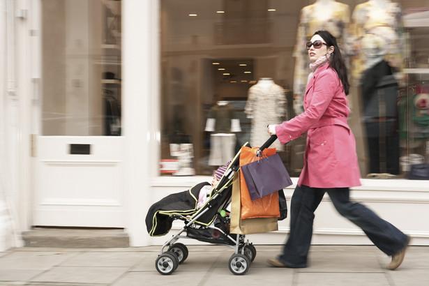 Mieszkanka Warszawy w jednym ze sklepów usłyszała, że wózek wraz z dzieckiem może zostawić przed sklepem, jeśli jej to nie pasuje niech idzie z dzieckiem do parku