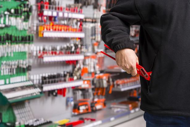 Zarówno wielkie sklepy, jak i małe osiedlowe sklepiki wciąż narażone są na kradzieże wyspecjalizowanych w tym procederze osób, które się pilnują, by w razie czego nie zabrać zbyt wiele. Z punktu widzenia zagrożenia karą, dla takich zawodowych złodziejaszków bezpieczniej jest kraść często, ale towar o mniejszej wartości, niż jednorazowo cichcem wynieść np. drogi smartfon.