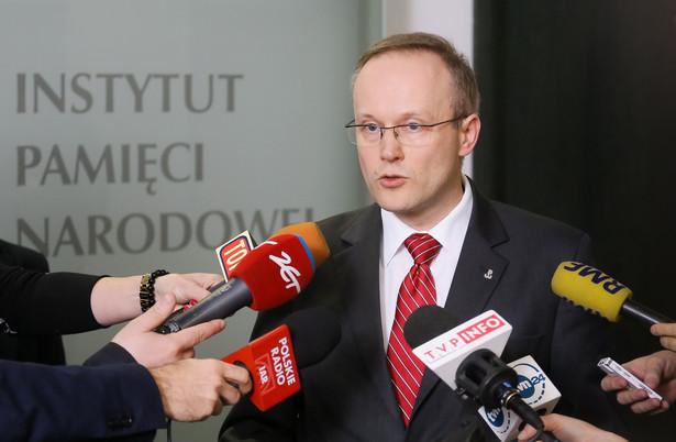 Łukasz Kamiński podczas konferencji prasowej dot. ujawnienia dokumentów przechowywanych przez Czesława Kiszczaka