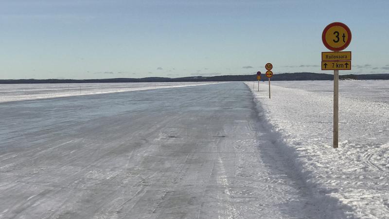 Lodowe drogi w Finlandii służą kierowcom dzięki mroźnej zimie