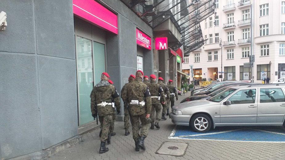 ŻW przy placu Unii Lubelskiej, idą w stronę Sejmu