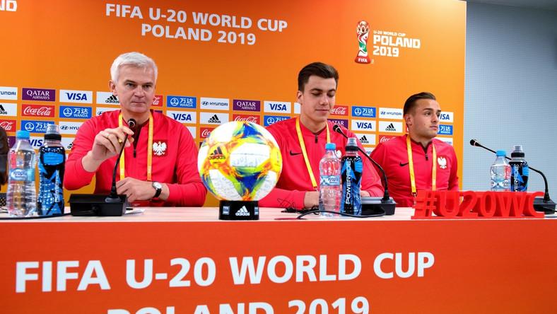 elekcjoner młodzieżowej reprezentacji Polski w piłce nożnej Jacek Magiera (L), oraz bramkarz Radosław Majecki (C) i pomocnik Dawid Kopacz (P)