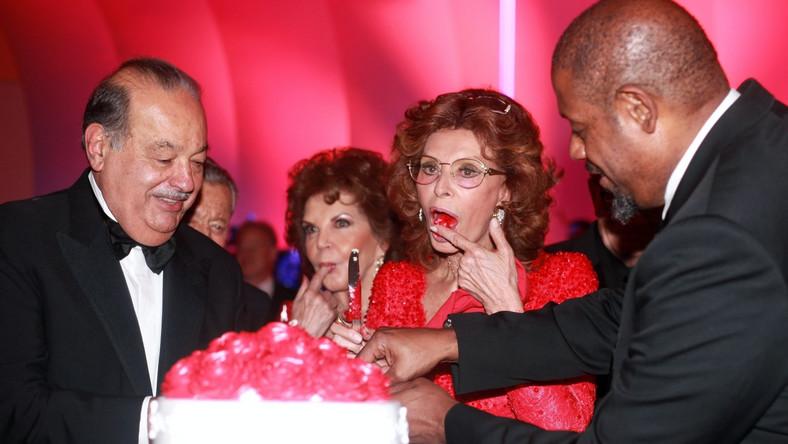 """W ciągu 60 lat Sophia Loren wystąpiła wok. 90 filmach. Swoją kina podsumowała w wydanej właśnie autobiografii """"Wczoraj, dziś, jutro"""", zatytułowanej jak film, który wyreżyserował Vittorio De Sica i który przyniósł jej sławę (""""Ieri, oggi, domani""""). – Na temat jutra jako neapolitanka nie wypowiadam się, żeby nie zapeszyć. Dziś zaś jest tak, jak zawsze pragnęłam –mówi"""