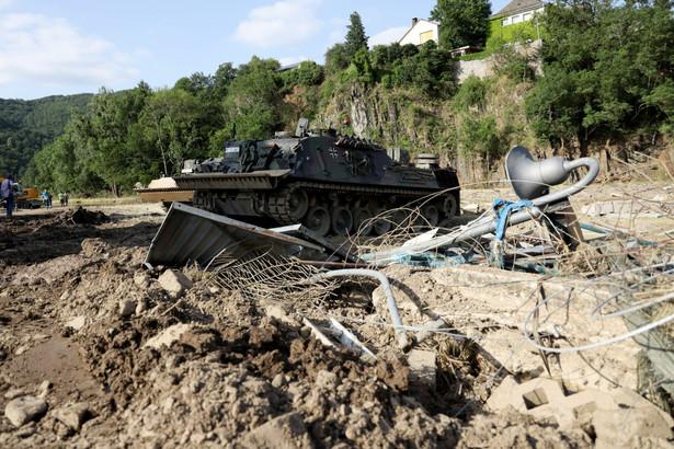 Czołg w zniszczonym przez powódź mieście Schuld, Niemcy, 17.07.2021