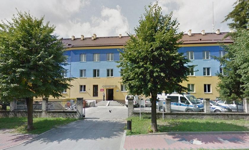 Komisariat policji w Pionkach. To w tym budynku zmarła kobieta.