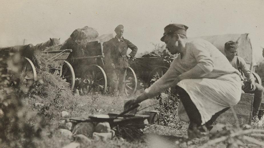 Przygotowanie posiłku wjednej zkolumn taborowych 1. Dywizji Piechoty Legionów. Wiosna–lato 1920