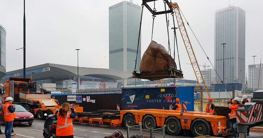 Na budowie wieżowca Varso wykopano 60-tonowy głaz