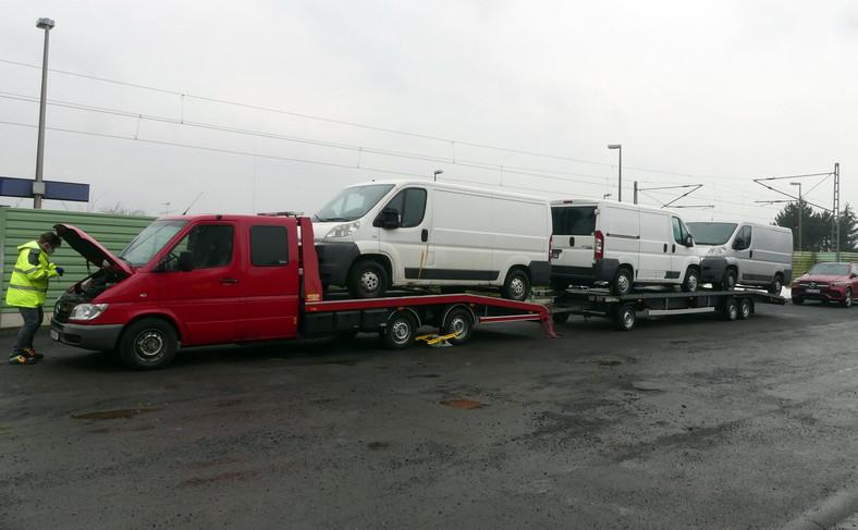 Niemiecka policja zatrzymała polskiego kierowcę, który przerobionąlawetą wiózłtrzy auta dostawcze