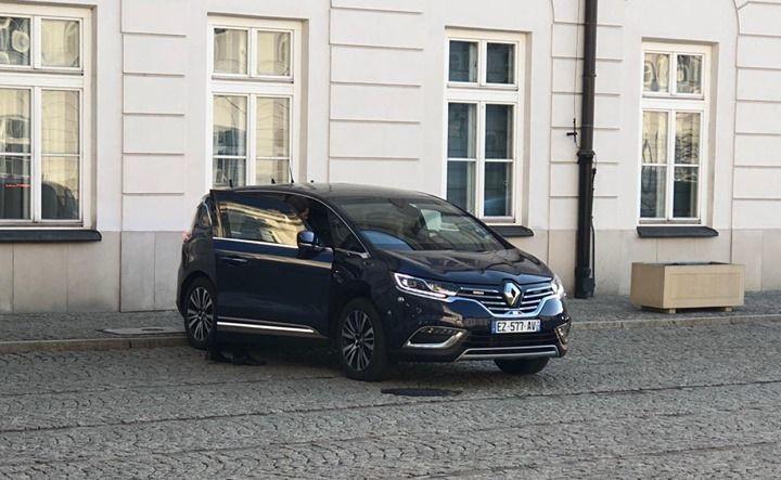 Opancerzony Renault Espace.FR, którymEmmanuel Macron przyjechał do prezydenta Dudy uległ awarii
