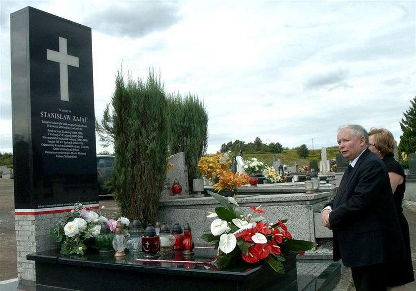 Jarosław lansuje się na grobie