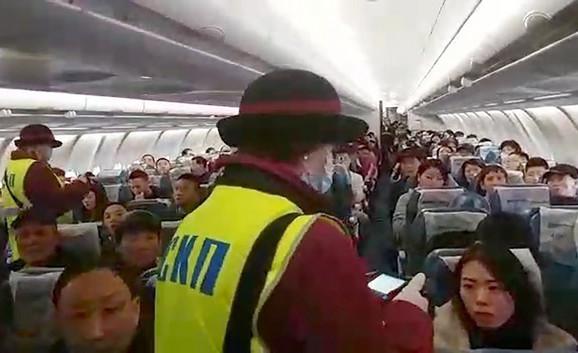 Provera temperature putnika termalnom kamerom u avionu koji je iz Kine stigao na moskovski aerodrom Vnukovo