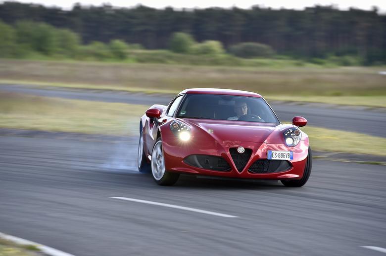 Dzięki niskiej wadze i układowi kierowniczemu bez wspomagania Alfa Romeo 4C jest rewelacyjnie  poręczna