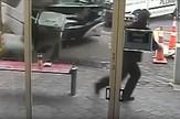 muškarac beži od autobusa