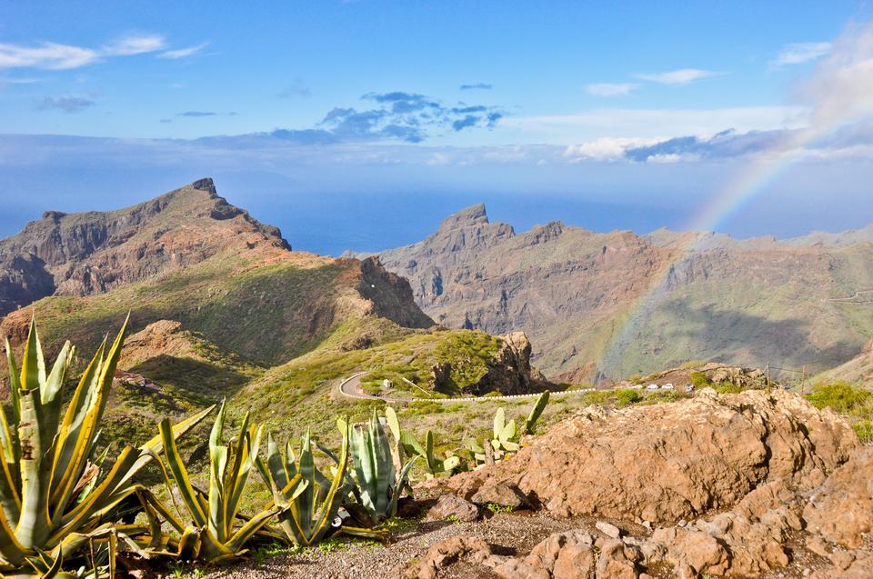 Na północ od szczytu często występują mgły i opady, dlatego północna część Teneryfy zachwyca bogactwem roślinności oraz częstymi tęczami na niebie, ale niestety zniechęca obfitymi ulewami i ciemnym pochmurnym niebem.