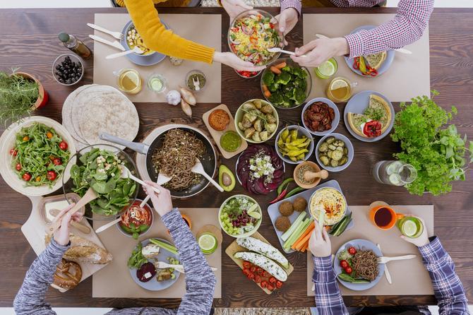 hrana na stolu