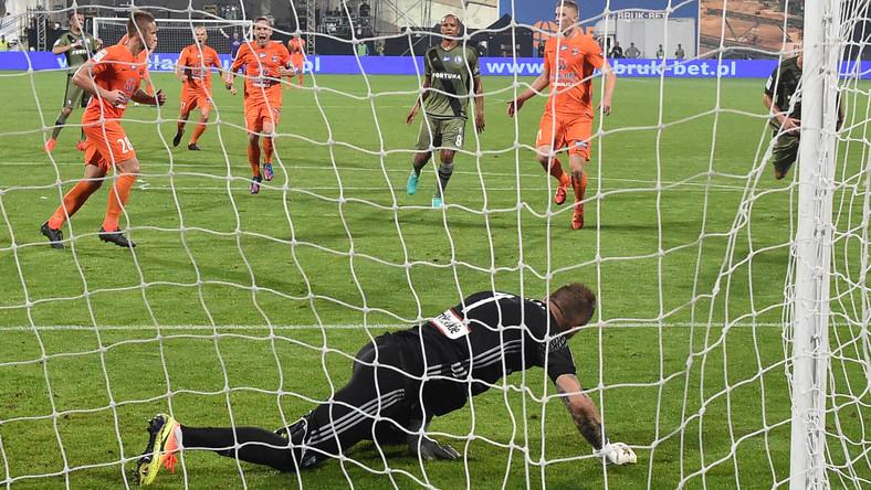 Vlastimir Jovanovic pokonuje z rzutu karnego Arkadiusza Malarza