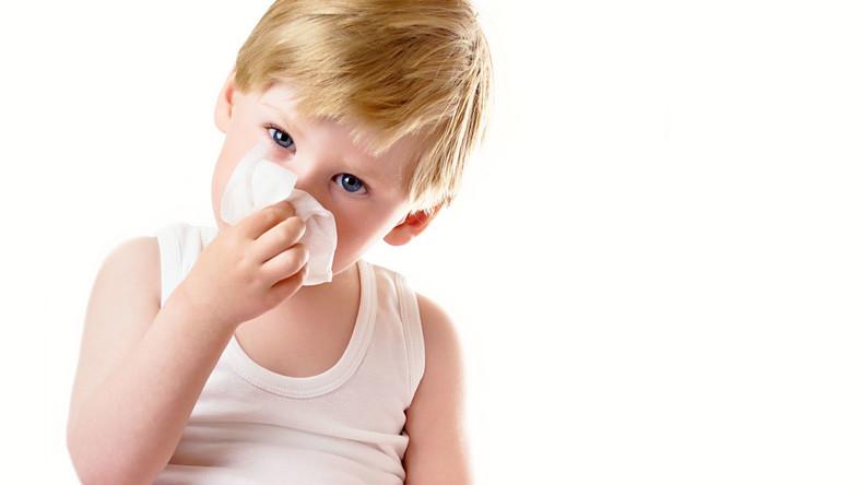 Grypa w przypadku małych dzieci może mieć niebezpieczny przebieg. Wysoka gorączka wiąże się z ryzykiem drgawek gorączkowych. Zaś powikłania poszczepienne bywają w przypadku najmłodszych pacjentów naprawdę ciężkie. Dlatego niekiedy małe dzieci z grypą muszą leżeć w szpitalu