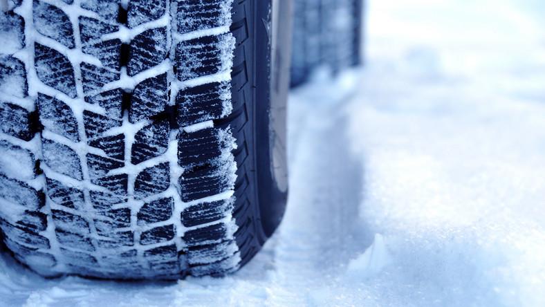Zrzucali śnieg i lód na nadjeżdżające samochody