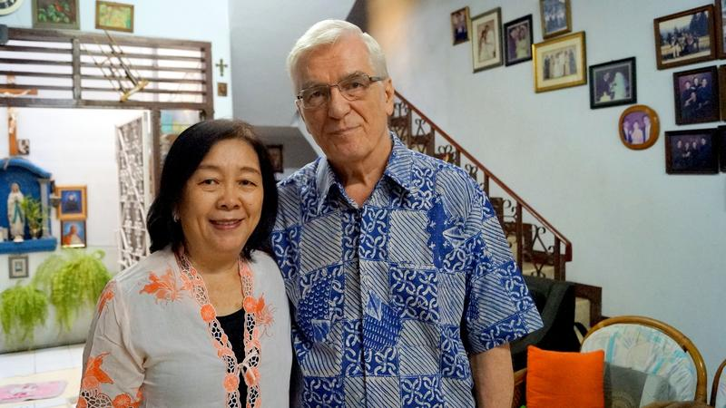 Stefan Leks z żoną Indonezyjką, Lilianny Herlina w domu w Dżakarcie