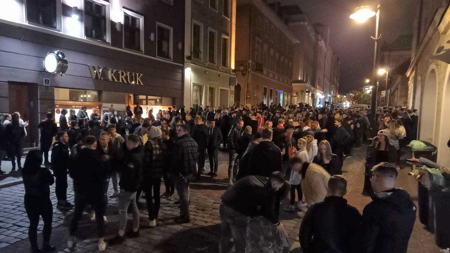 Tłumy ludzi już przed północą z 14 na 15 maja czekały na otwarcie ogródków restauracyjnych przy ul. Paderewskiego w Poznaniu