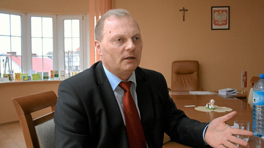 Lech Kołakowski w biurze poselskim w Łomży
