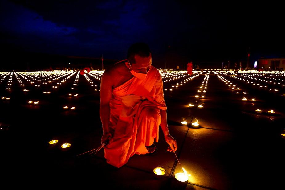 Dzień Ziemi w Tajlandii. W świątyni zapalono 300 tys. świec
