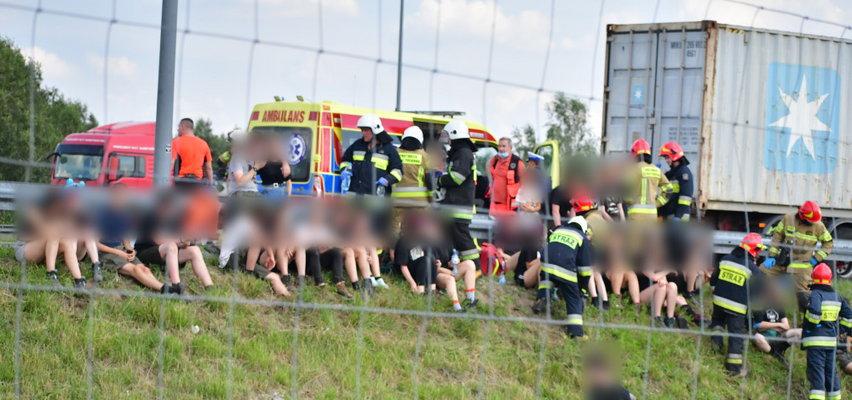 Koszmarny wypadek z udziałem dzieci pod Kutnem. 17 osób rannych