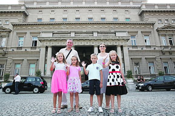 Porodica Mihajlović ispred Starog dvora