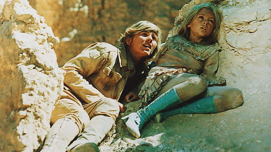 """""""W pustyni i w puszczy"""" - kadr z filmu. Na zdjęciu: Monika Rosca, Tomasz Mędrzak"""